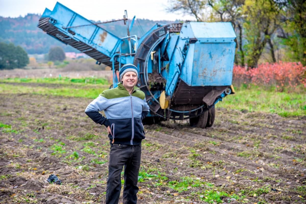 Mikołaj Szreder, magister inżynier ogrodnictwa, który prowadzi gospodarstwo w Rumi