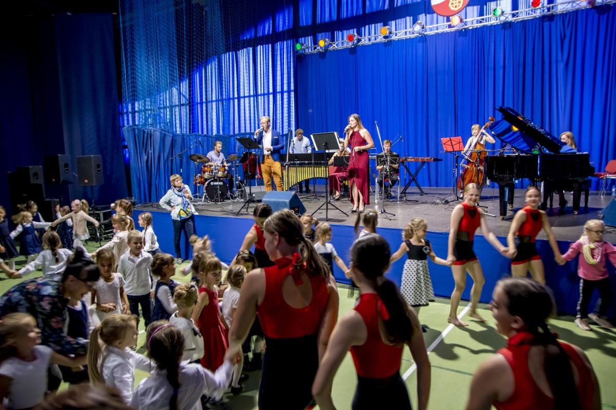 Tańcząc i śpiewając, uczyli dzieci, czym jest muzyka